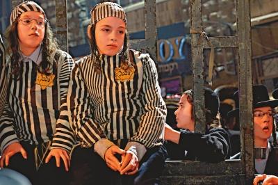 一些儿童示威者身穿纳粹集中营囚服示威        美联社