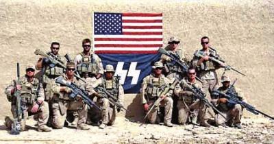 美军遭曝光的争议性照片,美国国旗下有疑似纳粹党卫军闪电标志的