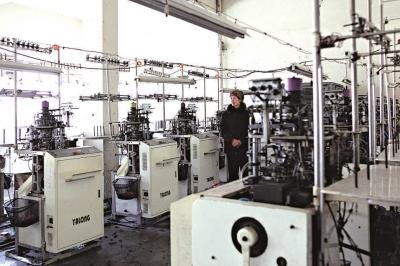春节过后,老人一直忙碌着替小儿子的袜子加工厂招聘工人,十天了,仍没