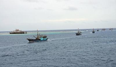 20日,海南渔船船队抵达南沙美济礁 新华社
