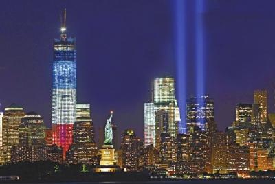 代表世贸双子塔的两束巨型光柱亮起