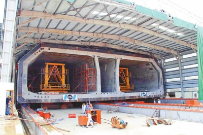 ▲港珠澳大桥每个标准沉管造价逾一亿元人民币,首个沉管可望下月初