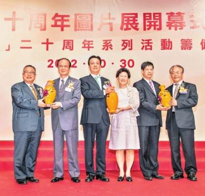 陈永棋,姚志胜,林佑辉等向台湾嘉宾致赠纪念品.